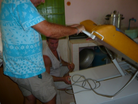 Don d'un incubateur à l'hopital d'amitie khmero-russe de Phnom Penh dans Divers p1060918