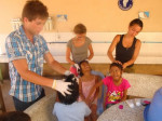Les etudiants effectuent le traitement anti-poux aux orphelins