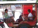 On s'arrete pour les pauses medicaments et collation, ces deux enfants n'ont pas voulu descendre du tuktuk car ils voulaient continuer a se promener