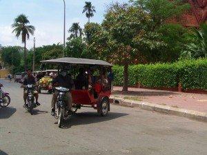 Nos tuktuks se sont arretes devant le musee national afin de montrer a ceux qui comprennent ce que represente ce monument, leur heritage !