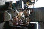 des cartons de produits d'hygiène, de vêtements...