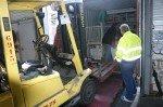 Sous le regard vaillant du chauffeur (en jaune) pour vérifier si tout allait rentrer !