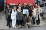 Une photo-souvenir avec Superman Jean-Marc et les femmes présentes sur le lieu