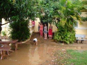 Lorsqu'il pleut, tout est inonde, les enfants pataugent dans l'eau sale...