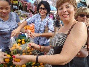 Nous choisissons les mandarines, pleines de vitamines pour les apporter à l'orphelinat