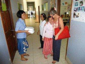 Sylvie avec sa filleule Sophie-Nan...je porte les paquets de viande pour le réfectoire n2