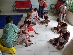 Michelle et Aurélie parmi les enfants