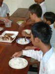 Ces enfants qpprécient beaucoup ce repas !