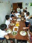 Ces enfants sont rentrés à l'orphelinat pour le déjeuner puis retournent à l'école