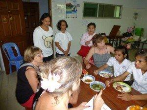 Michelle et Aurélie essaient de questionner les filles sur leurs horaires d'école