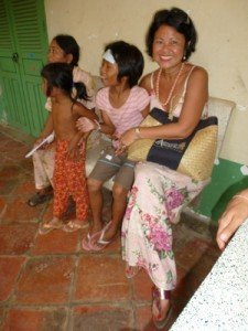 """Channy avait un peu de fievre, nounou Srey lui a mis un """"cataplasme'' a la cambodgienne"""