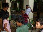 Sok Khim nous fait un salut de son velo, pourtant interdit de passer par la