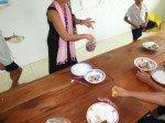 Une fois la viande attribuée à chaque enfant, je fais la distribution des fruits et patates douces
