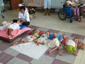 Ces enfants sont les cas les plus gravement atteints, sont dans cette position ''couchés'' depuis leur naissance