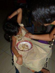 Ma petite Bopha essayait de se nourrir seule mais elle en mettait partout..