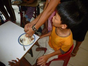 Ce garçon qui cherchait l'affection m'a demandé avec les mains de lui décortiquer sa viande (il ne parle pas)