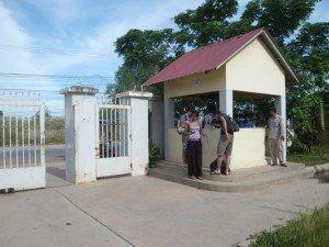 Dans cet orphelinat, c'est tres strict, les gardiens ont des consignes avant de faire rentrer qui que ce soit...