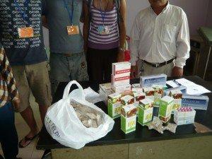Les achats (médicaments) déballés devant le médecin et inventoriés dans l'infirmerie