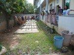 La direction de l'orphelinat nous montre l'emplacement pour construire un cabinet avec 2 wc