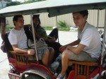 Nos jeunes ont charge les tuktuks avec des photos et autres articles pour decorer la salle un jour avant