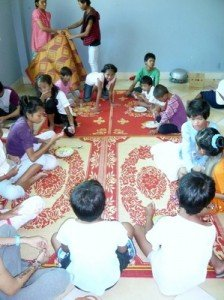 Les autres s'assoient sagement en attendant d'etre servis par les nounous
