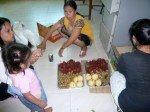 Ici, on prepare les plateaux de fruits, sachez que ces enfants ne mangent pas regulierement les fruits faute de budget !