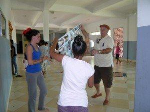 Jean Luc et deux benevoles s'occupaient d'afficher des photos