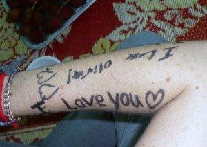 les enfants ont dessine sur les bras des benevoles ces messages d'amour