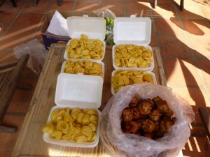 des fruits de jacquier et des beignets