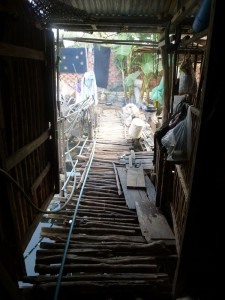 l'accès à la maisonnette en rodins d'arbres
