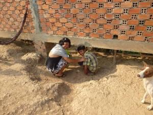 Un gros propriétaire a fait construire cette clôture, ces pauvres gens ne peuvent rentrer chez eux qu'en passant sous la cloture