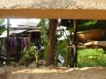 La maisonnette vue sous la clôture, passage obligatoire pour y accèder