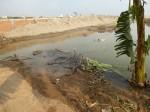 Le propriétaire pompe du sable pour remblayer son terrain, ce qui évacue l'eau existante