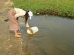 les deux jeunes filles partent chercher l'eau,