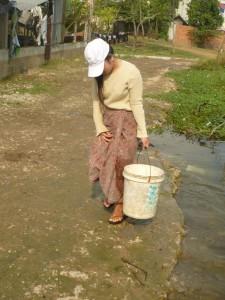 cette eau, pleine de bactéries sert à tout...boire, faire la cuisine, se laver les dents