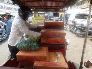 Les achats du marché  sont transportés par le tuktuk local
