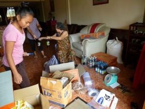 Les achats déballés chez maman pour trier et mise en carton pour chaque famille