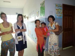 La nounou Srey Roat avec sa fille dans les bras. Oui, dans ces orphelinats, on tolère les nounous avec leurs enfants