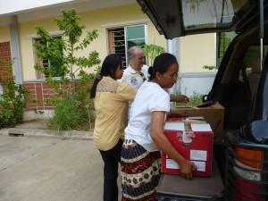 """Aussitôt achetés, nous les avons apportés à l'orphelinat. Les """"nounous"""" nous ont aidés à les sortir de la voiture"""