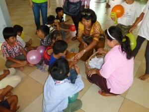 Pendant notre distribution, quelques nounous donnent à manger à certains enfants qui ont besoin de prendre leur médicament aux heures régulières