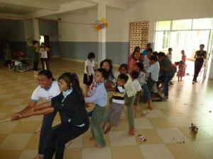 La petite fête battait son plein avec des jeux populaires cambodgiens