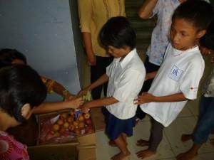Ceux qui ont déjà déjeuné, se mettaient en rang afin que nous leur distribuions des fruits...