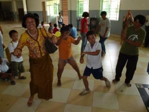 Je n'ai y échapper, hélas ! La tenue khmère n'est pas appropriée à ce genre de danse !