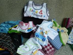 Il y a des bermudas pour les hommes et quelques habits d'enfants, certains sont malheureusement un peu trop petits pour les enfants sur place.