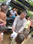 Distribution des habits aux enfants