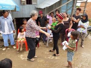 Ma mère distribue des habits à quelques enfants