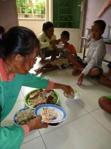 Ici, les enfants mangent par terre. C'est d'une propreté ! Les nounous ont compris qu'il faut nettoyer régulièrement. Peut être, notre venue régilière les a motivées aussi !