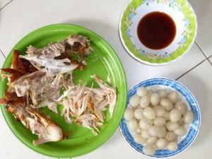 Chair de poulet décortiquée et ramboutons dépouillés de leur peau rouge.