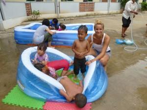 Tous les mercredis, c'est la piscine, nos jeunes bénévoles se sont occupées pleinement de ces enfants. Ici, Célia !