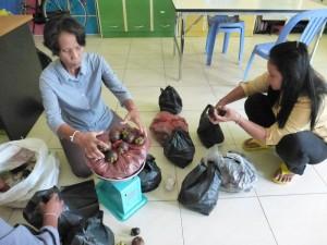 Ah, ici , nous passons aux choses plus sérieuses...la secrétaire pesait des fruits pour la distribution par réfectoire.